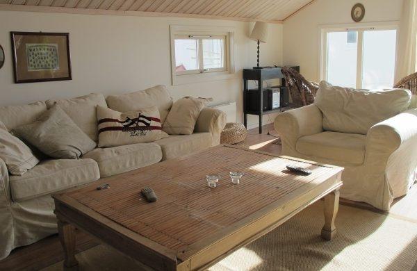 schlichtes lässiges Wohnzimmer mit vielen kuscheligen Kissen